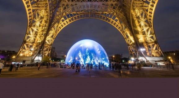 Une boule à neige géante sous la Tour Eiffel