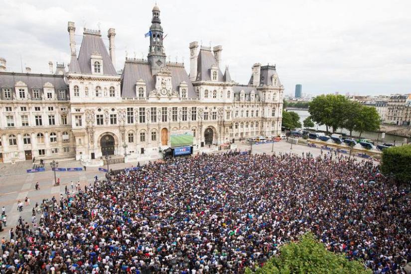 Un écran géant sur le Parvis de l'Hôtel de Ville pour demi-finale de la Coupe du Monde 2018