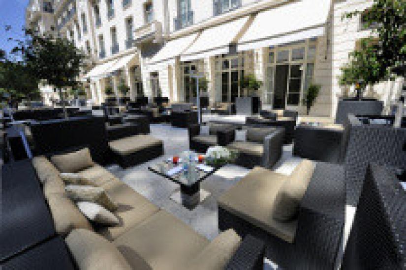 le trianon palace versailles d voile sa terrasse le. Black Bedroom Furniture Sets. Home Design Ideas