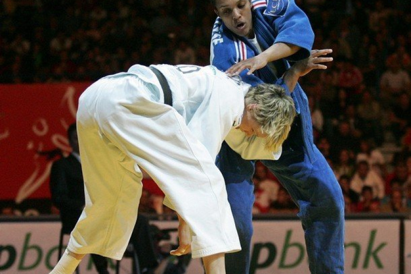 Lucie Decosse (R) of France vies with Urska Zolhir (L) of Slovenia in the women's 63 kg final final of the Euro Judo Championship in Belgrade, 07 April 2007.Decosse  won the final.        (Photo credit should read DIMITAR DILKOFF/AFP/Getty Images)