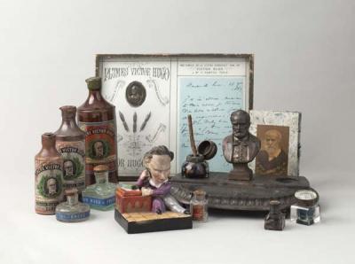 """Plumes """"Victor Hugo"""", bouteilles d'encre """"Victor Hugo"""", encrier en céramique, encrier en métal, carnet avec effigie de Victor Hugo. Paris, Maison de Victor Hugo."""