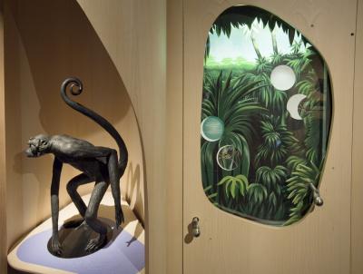 La forêt tropicale – Singe-araignée, sculpture bronze, à droite : Les plantes épiphytes, tout un monde  © Bernard Faye / MNHN