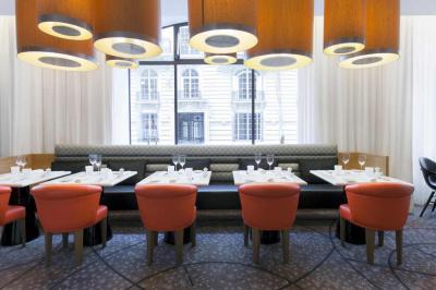 l 39 initial nouveau restaurant du sofitel arc de triomphe. Black Bedroom Furniture Sets. Home Design Ideas