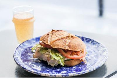 Yoni Saada revisite le pain bagnat pour Deliveroo