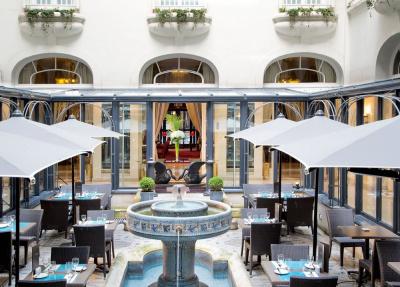 """Une coupe de Champagne au """"bar Terr'ice"""" du patio de l'Hôtel California"""