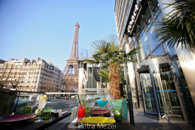 Fr ame brasserie opens a patio with a view of the eiffel for Restaurant avec patio paris
