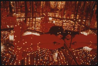 L'artiste dans l'installation Peep - Endless Love Show, Yayoi Kusama
