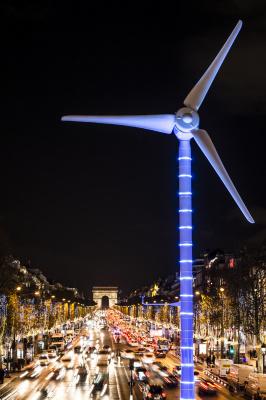 une éolienne et des panneaux solaires sur les Champs-Elysées