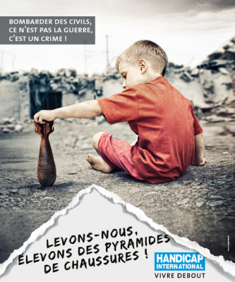 Pyramide de chaussures 2016 à Bastille par Handicap International