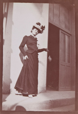 Misia, Reine de Paris Musée Orsay Paris, exposition Misia Musée Orsay Paris   Édouard Vuillard, Misia Natanson sur le perron de La Croix-des Gardes, Cannes, 1901 Collection particulière © Archives Vuillard, Paris