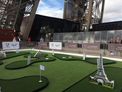Jouer au mini-golf sur la Tour Eiffel