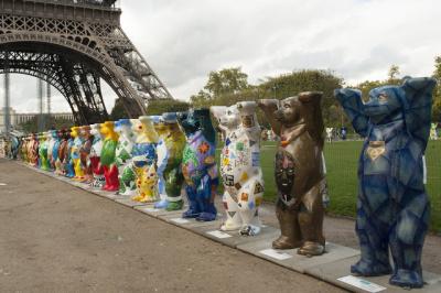 140 oursons au Champ de Mars à Paris