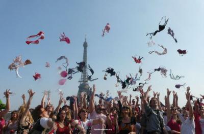 Pink Bra Spring Striptease, l'effeuillage au Trocadéro