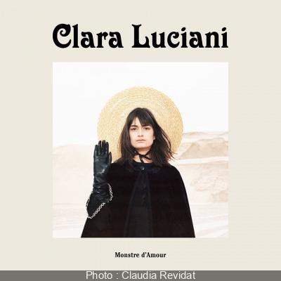 Clara Luciani en showcase à la Fnac Saint Lazare