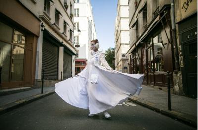 Les performances Pierrots de la Nuit dans les rues de Paris