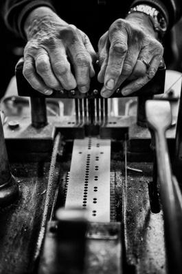 Nikos Aliagas présente Mémoires de mains à la galerie Guillaume