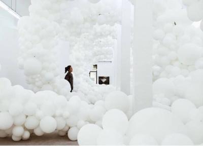 Invasions de ballons par Charles Pétillon à la galerie Magda Danysz