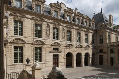 Héros Fracas, le spectacle dans les jardins de l'hôtel de Sully à Paris