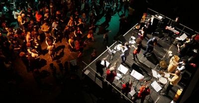 Venez danser dans un grand bal avec orchestre au 104 !