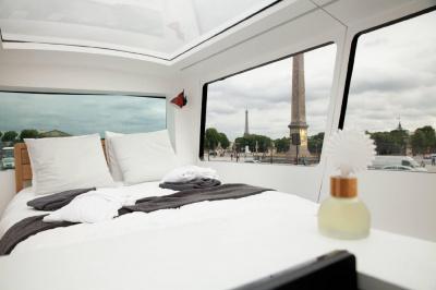chambre de r ve by velux une suite de grand h tel install e dans un bus au toit transparent. Black Bedroom Furniture Sets. Home Design Ideas