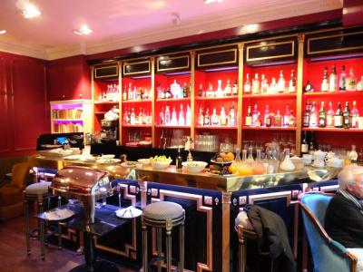 Marie Suzy, Bar