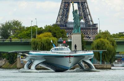 Le bateau solaire PlanetSolar au Parc Citroën