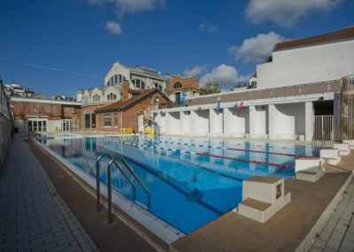 Les piscines d couvertes paris pendant l 39 t for Piscine butte aux cailles