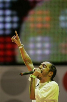 Brazil's rapper Marcelo D2 performs at the Live Earth concert on Copacabana beach in Rio de Janeiro, Saturday, July 7, 2007.  The concert is part of a 24-hour series spanning seven continents to raise awareness about global warming. (AP Photo/Silvia Izquierdo)
