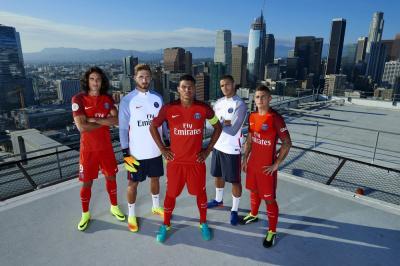 Le PSG présente son maillot extérieur en grande pompe