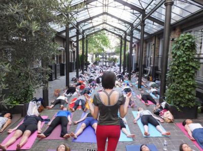 Faire du yoga dans la Cour intérieure de l'hôtel Les Jardins du Marais