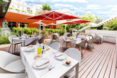 La terrasse du Radisson Blu Hotel Paris Boulogne au milieu des vignes