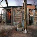EloignŽs de leur famille, ŽloignŽs de la sociŽtŽ andalouse et des centres urbains, les migrants vivent, au cÏur des serres, en petite communautŽ organisŽe par nationalitŽ. Un migrant marocain sans emploi nettoie la cuisine qu'il partage avec 5 compagnons, Campohermoso, province d'Almeria, avril 2007  © Christophe Chammartin/Rezo.ch