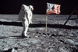 Pour la premiere fois dans l'histoire de l'humanite, l'homme marche sur la Lune, laissant son empreinte ; ici Buzz Aldrin a cote du drapeau des Etats-unis d'Amerique. Mer de la tranquilite, LUNE - 20/07/1969./0812161234
