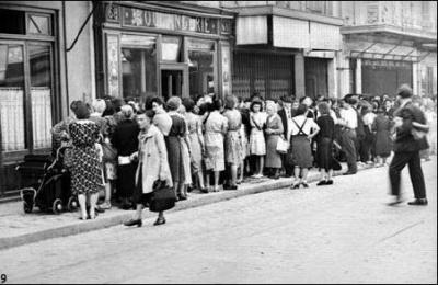 Queue devant une boulangerie. Paris, août 1944. © Roger-Viollet