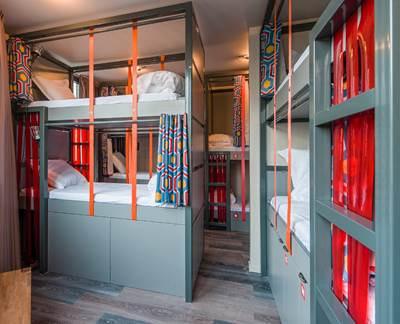 les piaules auberge de jeunesse design et branch e. Black Bedroom Furniture Sets. Home Design Ideas