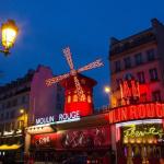 Les 130 ans du Moulin Rouge à Paris : spectacle son et lumière et French Cancan sur la Place Blanche