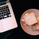 Covid : manger à son bureau, bientôt officiellement autorisé par le code du travail ?