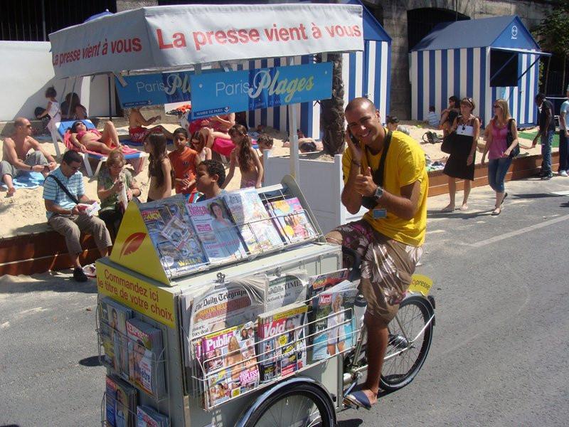 photo marchand de journaux v lo paris plage sur les bords de seine paris plages 2008. Black Bedroom Furniture Sets. Home Design Ideas