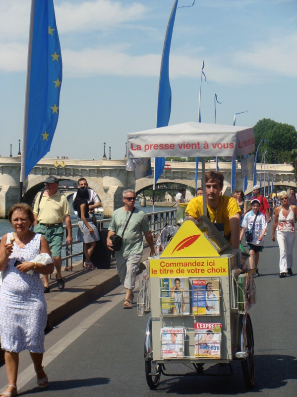 Photo marchand de journaux ambulant paris plage sur les - Piscine plage paris asnieres sur seine ...